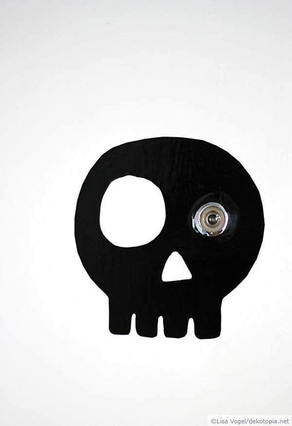 Türspion mit Totenkopf aus Klebefolie