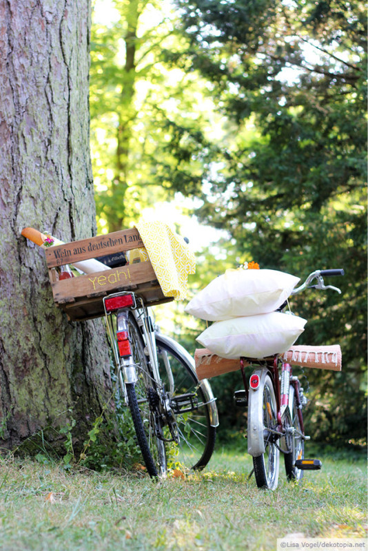Picknick  Baue aus einer Weinkiste einen Fahrradkorb, der sich zum kleinen Tisch umwandeln lässt! Das Holz ist bestickt und es gibt sogar eine kleine Vase für Blümchen http://www.dekotopia.net/zeit-fuer-ein-picknick-yeah/