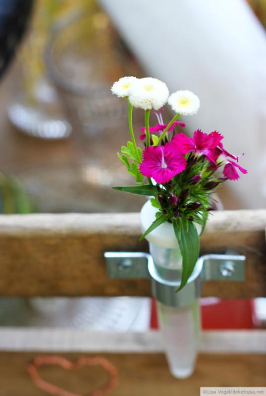 Mini-Vase mit Blümchen : Deko für Fahrradkorb aus Weinkiste http://www.dekotopia.net/zeit-fuer-ein-picknick-yeah/