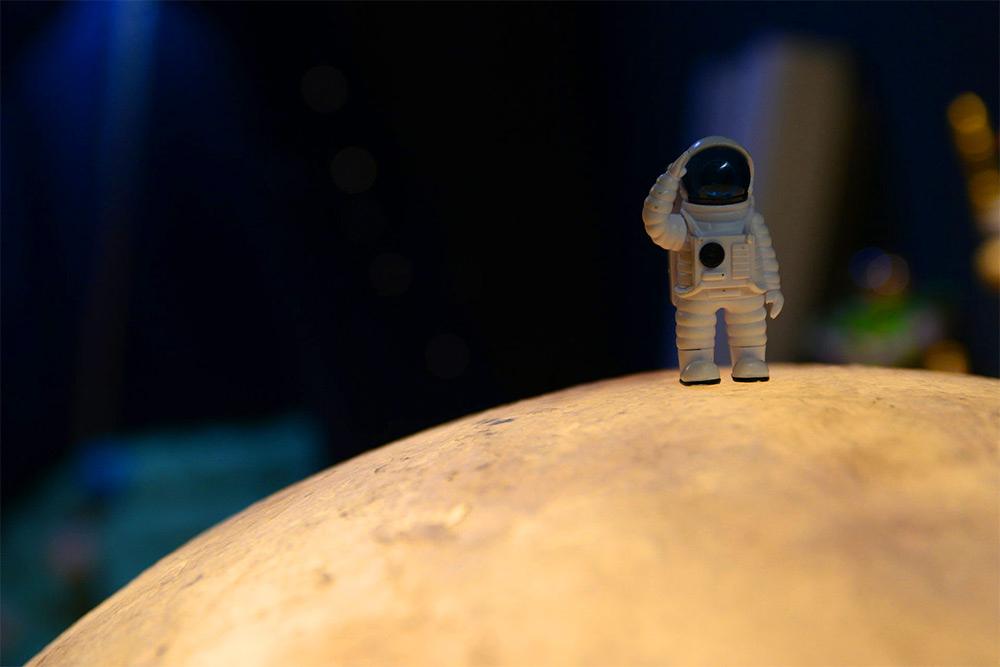 acorn-studio-luna-moon-lamp-4