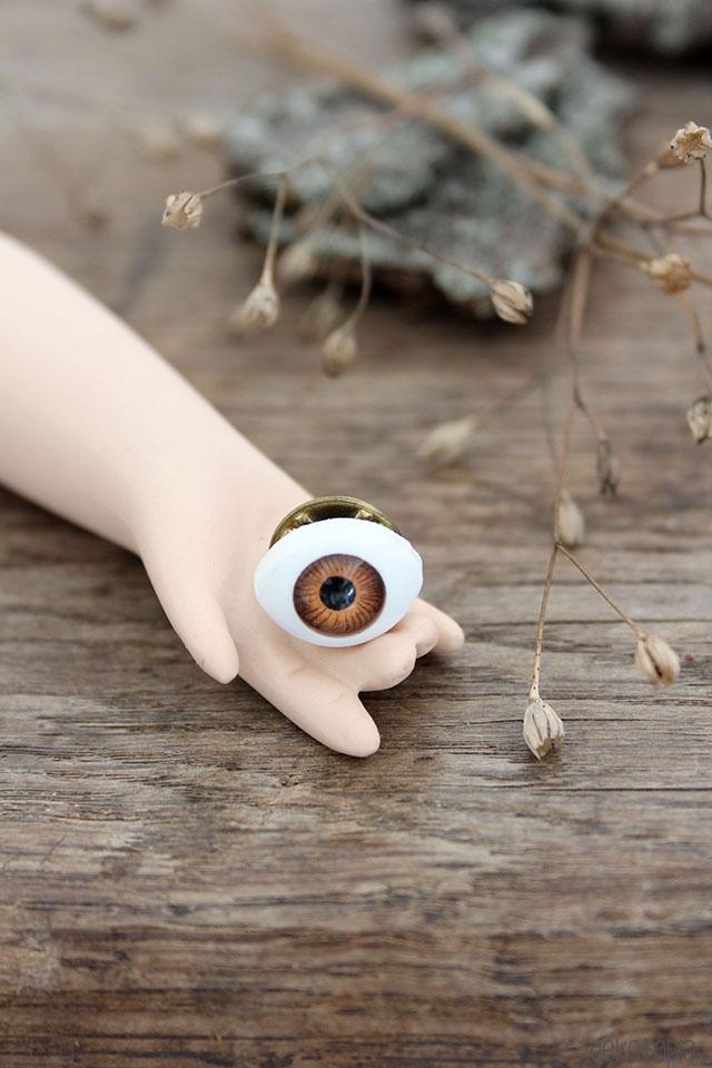 DIY Brosche mit Auge: gruseliges Accessoire fürhall oween