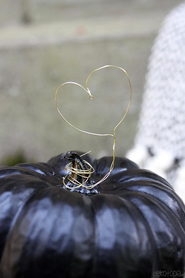 Herbstdeko: Kürbis mit Herz aus Draht