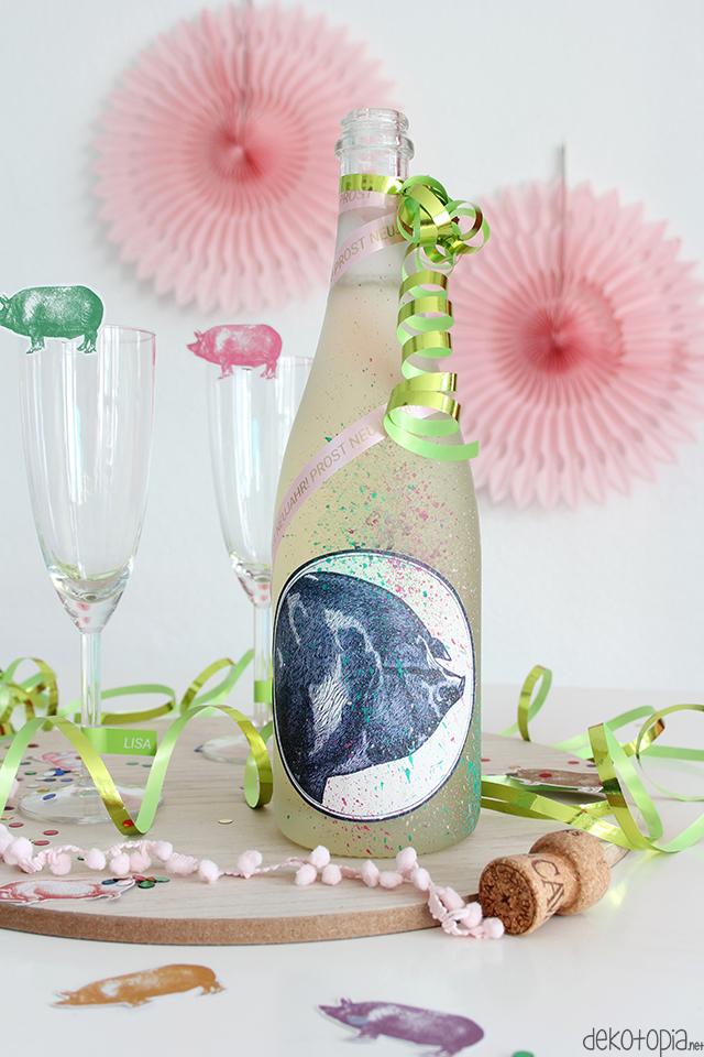 Sektflasche mit Schweine-Etikett und Banderole