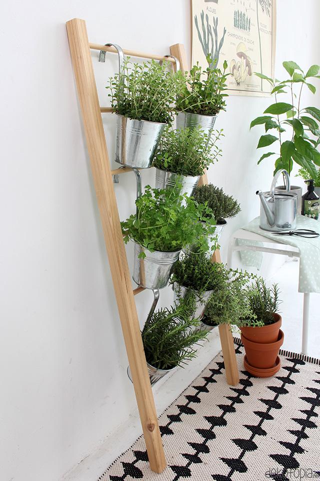 DIY Anleitung: Kräuterleiter selber bauen. Platzsparende Pflanzidee für Küchenkräuter