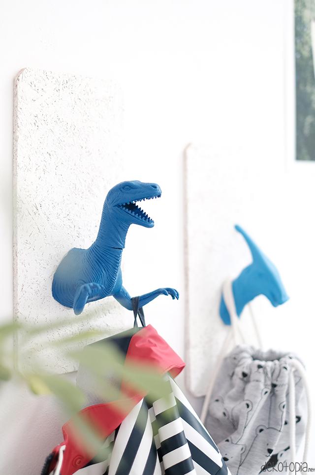 DIY Anleitung: Dino Wandhaken aus altem Spielzeug und Sprühfarbe